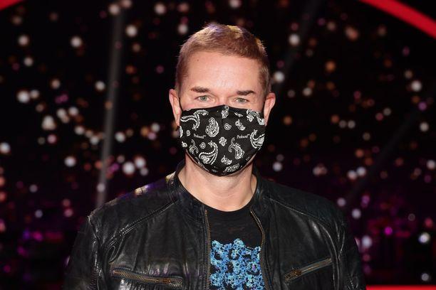 Marco Bjurström saapui Tanssii tähtien kanssa -kuvauksiin maski kasvoillaan.