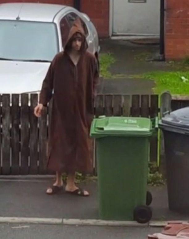 Tässä Sky Newsin torstaina julkaisemassa videossa näkyy ruskeaan kaapuun pukeutunut Salman Abedi tyhjentämässä roskasäiliötä kotikadullaan Manchesterissa viime kesänä.