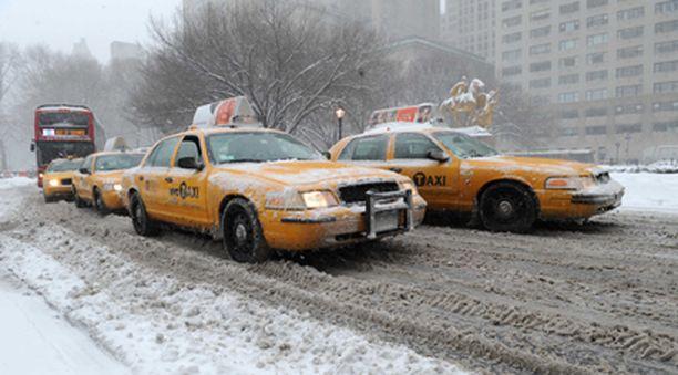 Taksit ja bussit etenivät hitaasti lumisohjossa Manhattanin kaduilla New Yorkissa.