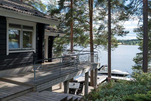 Talon omaan laituriin pääsee veneellä. Omasta rannasta pääsee myös vesiteitse Tampereelle ja Hämeenlinnaan.