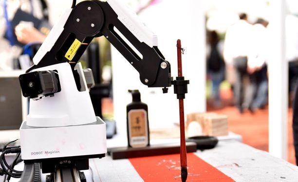 Dobot-robotti pystyy suorittamaan piirtotehtäviä. Kuva robottimessuilta Kiinasta.