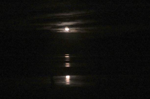 Venekunta joutui onnettomuuteen pimeällä ja lumisateisella järvellä. Kuvituskuva.