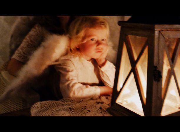 Martta odottaa hartaasti joulupukin tuloa.
