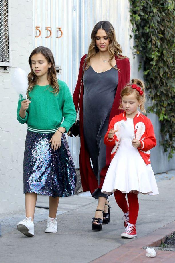 Kolmatta lastaan odottanut näyttelijä Jessica Alba kuvattiin joulukuussa tyttäriensä Havenin ja Honorin seurassa.