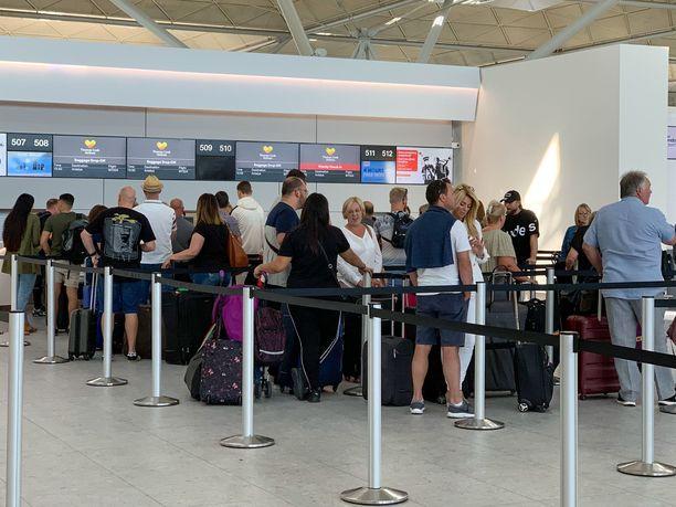 Eri EU-maissa matkapakettilainsäädäntöön kuuluvat vakuudet on järjestetty eri tavoin. Kuvituskuva Lontoon Stanstedin lentokentältä.