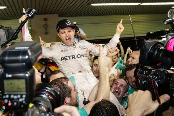 Nico Rosberg juhli Abu Dhabin varikolla MM-titteliä 2016.