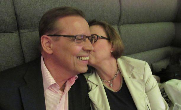 Lauri Lyly valvoi vaaleja Tuula-vaimonsa ja muun tukijoukkonsa kanssa Ilves-hotellissa Tampereella.