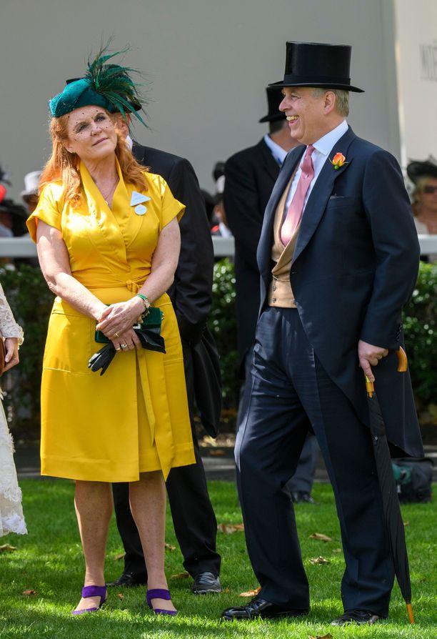 Vuonna 1996 eronnut herttuapari tekee edelleen paljon asioita yhdessä. He jakavat edelleen yhteiset kodit Windsorissa ja Sveitsissä.
