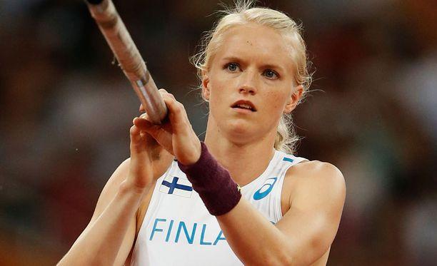 Minna Nikkanen hyppää yleisurheilun MM-kisojen seiväshypyn finaalissa.