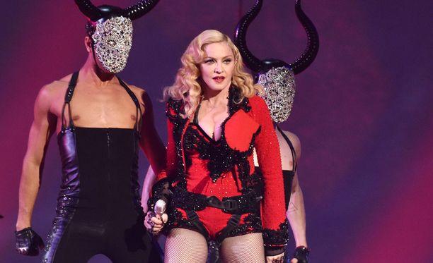 Madonna esiintymässä helmikuussa Grammy-juhlassa.