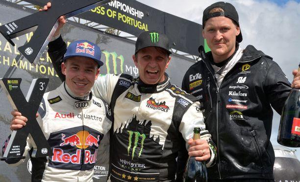 Toomas Heikkinen (vas.) pääsi nousemaan podiumille heti kauden ensimmäisessä MM-osakilpailussa. Voiton Portugalissa vei norjalainen Petter Solberg (kesk.) ja toinen oli Robin Larsson Ruotsista.
