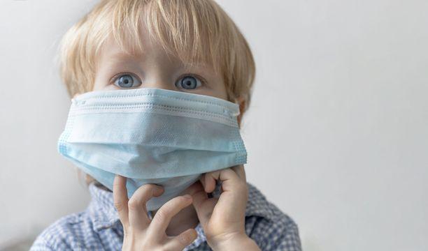 Koronakeskustelu tulee Suomessa siirtymään nyt lapsiin, mikä on aihetta herättämään lisähuolta. Esimerkiksi suusuojaimia on hamstrattu jo aiemmin, vaikkei ole näyttöä siitä, että niistä olisi juuri hyötyä koronaviruksen ehkäisyssä.