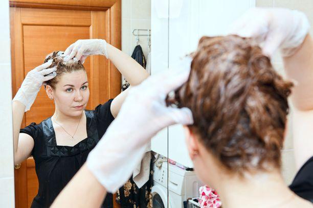 Moni on kokeillut hiusten värjäämistä kotona. Kuvituskuva.