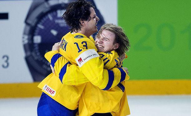 Lias Andersson (oikealla) juhli MM-kullan ratkeamista Mattias Janmarkin kanssa.