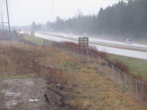 Yli-Maarian kohdalla Tampere-Turku-moottoritiellä osa meluvallista on sortunut lähes ajoradalle.