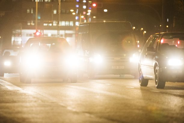 20171108 AAMULEHTI Kuva: Silja Viitala. Kuvituskuva. Ajovalot, autot, auto, valot, valo, syksy, tie, liikenne.