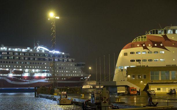 Nuori nainen kirjoitti Helsingin Sanomien mielipidepalstalla laivoilla tapahtuvasta seksuaalisesta häirinnästä. Kuvituskuva.
