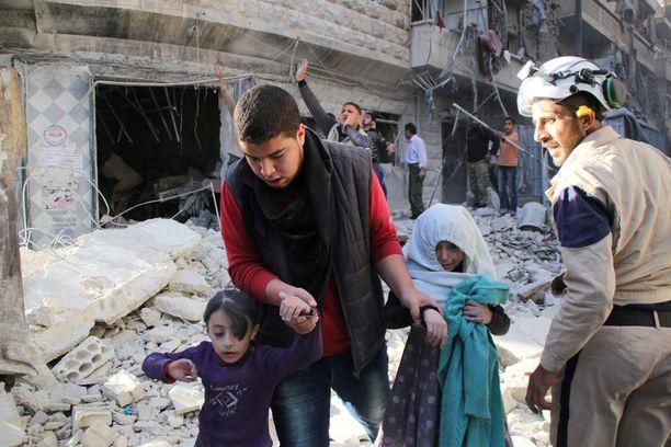 Facebook-päivityksissä kuvataan, kuinka islamilaisen valtion arkea häiritsevät länsimaiden pommitukset. Kuva tiistailta Aleppon kaupungista, missä Syyrian hallinnon joukot väitetysti pudottavat tynnyripommeja.