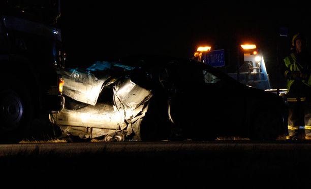 Henkilöauto rusentui pahasti kahden törmäyksen seurauksena 9-tiellä lauantaina illalla.
