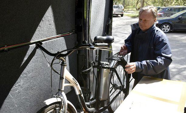 Yli 150 tuhatta euroa on mennyt, eikä vielä olla edes hovioikeudessa, totesi Jari Komulainen hakiessaan testatun pyörän VTT:ltä maanantaina.