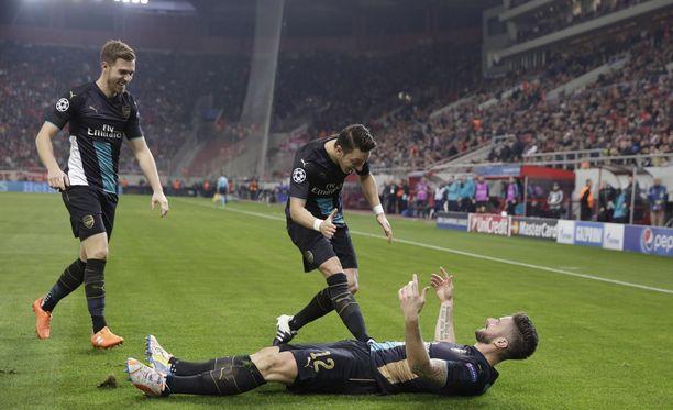 Olivier Giroud otti Mesut Özilin onnitteluita vastaan.