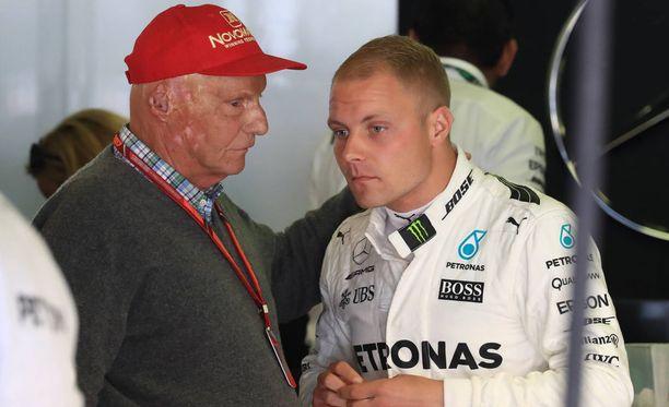 Valtteri Bottas (oik.) saa kuunnella Niki Laudan ohjeita Melbournen ulosajon jälkeen.