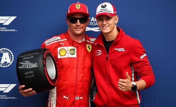 Mick Schumacher (oik.) toi Pirellin palkinnon Italian GP:n paalupaikan valloittaneelle Kimi Räikköselle.