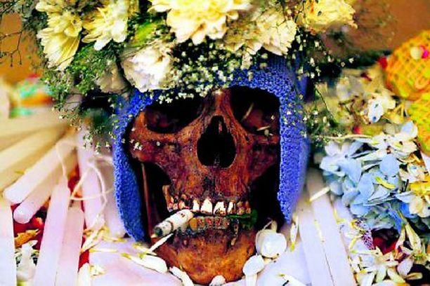 HENKISAVUT Bolivian aymara-intiaanit viettivät viikonvaihteessa perinteistä pääkallopäivää, jonka aikana edesmenneitä sukulaisia ilahdutettiin hautausmaalla muun muassa tupakalla.
