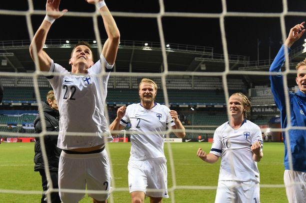 Paulus Arajuuri (keskellä) juhlii voittoa.