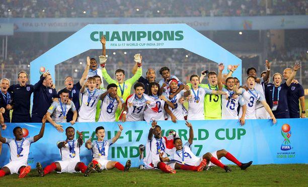 Englannin U17-maajoukkueen pelaajat juhlivat maailmanmestaruutta ympäri käännetyissä paidoissa.