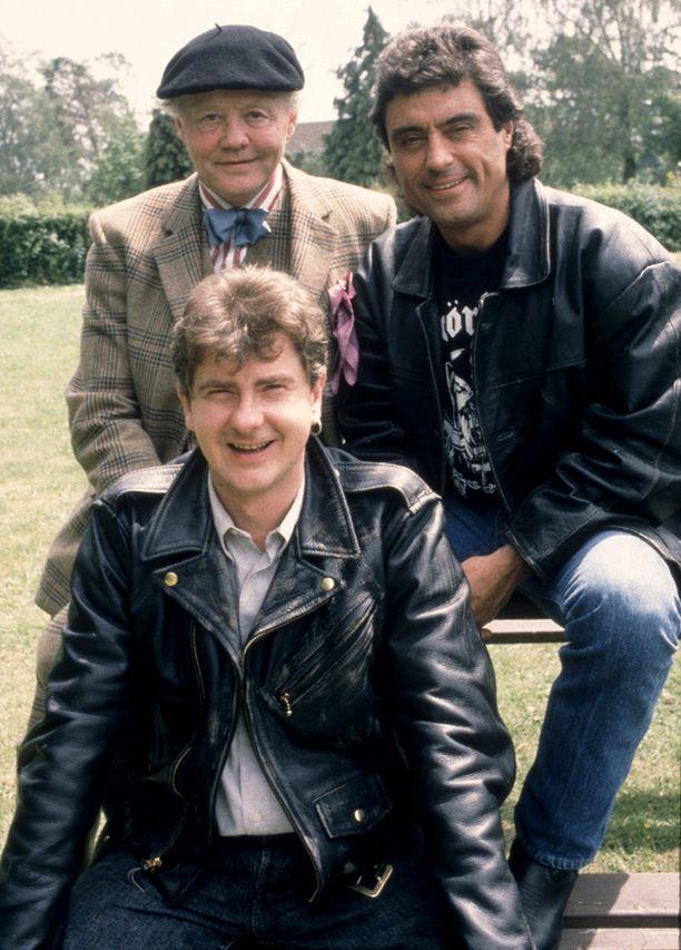 Dudley Sutton näytteli Lovejoy-sarjassa Tinker Dilliä. Hänen vastanäyttelijänään olivat Lovejoyta esittänyt Ian McShane, oik. ja Eric Catchpolea esittänyt Chris Jury, edessä.