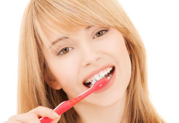 Hampaiden säännöllinen peseminen kahdesti päivässä fluoripitoisella hammastahnalla auttaa pitämään hampaat terveinä.