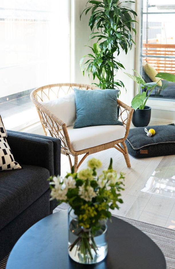 Rottinkisissa huonekaluissa kannattaa suosia keveitä malleja.