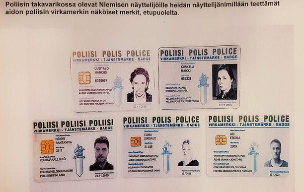 """Poliisin haltuunsa saamia Roba-näyttelijöiden """"virkamerkkejä"""". Laillinen rekvisiitta osoittaa väärentäjän taidot."""