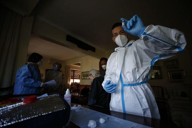 Brittitutkimuksen mukaan todennäköisyys veritulpalle Pfizerin ja Astra Zenecan rokotteen ottamisen jälkeen on suurin piirtein yhtä matala. Kuvassa Pfizerin rokoteannos Roomassa.
