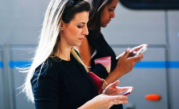 Naiset älypuhelimilla Brasiliassa, jossa WhatsApp on noussut erityisen vaikutusvaltaiseen asemaan maan viestinnässä.