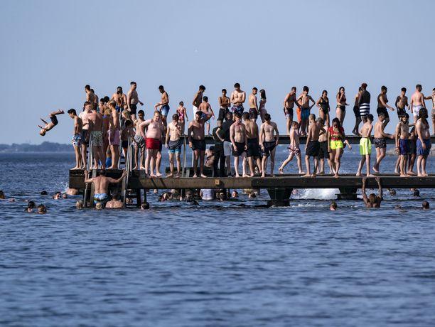 Tiivis tunnelma Ruotsin rannoilla on aiheuttanut ihmisissä pelkoa koronaviruksen leviämisestä. Kuva Malmöstä torstailta.