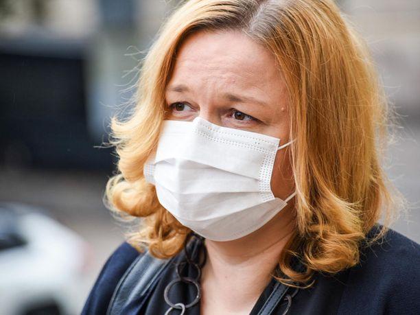 Perhe- ja peruspalveluministeri Krista Kiuru (sd) saapui Säätytalon koronaneuvotteluihin hengityssuojaimella varustautuneena.