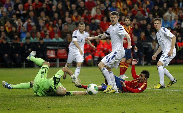 Joona Toivio (keskellä) oli luomassa Gijónin ihmettä kuusi vuotta sitten. Espanja pysähtyi 1–1-tasapeliin MM-karsinnassa.
