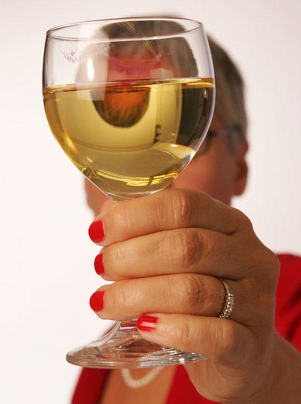 Koti on baaria yleisimpi paikka avata pullo.