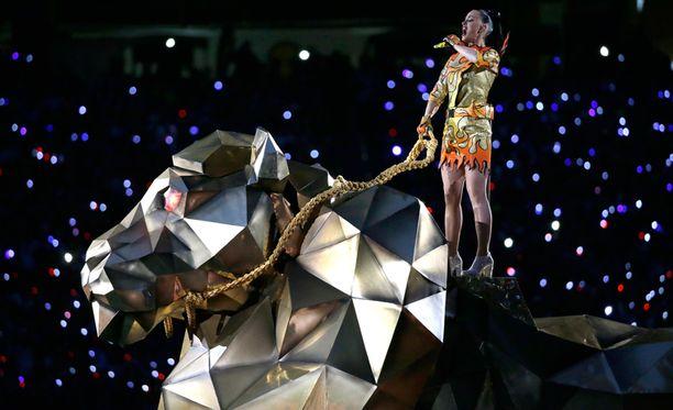 Väliaikashow alkoi laulaja Katy Perryn ratsastaessa lavalle arviolta viisi metriä korkean metallileijonan selässä laulaen Roar-hittiään.