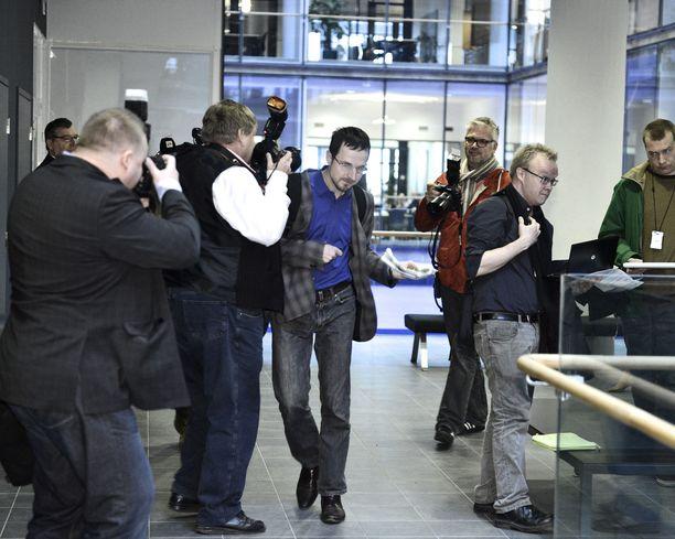 Vuoden 2013 käräjäoikeuskäsittelyssä Zarianov tönäisi lehtikuvaajaa.