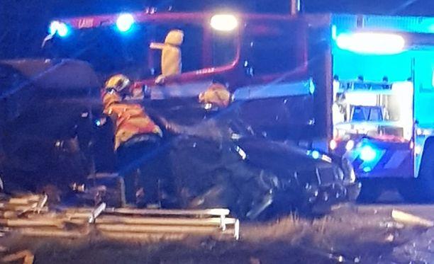 Torniossa henkilöauton kuljettama peräkärry oli ajon aikana ajautunut vastaantulijoiden kaistalle ja osui vastaantulleeseen henkilöautoon.
