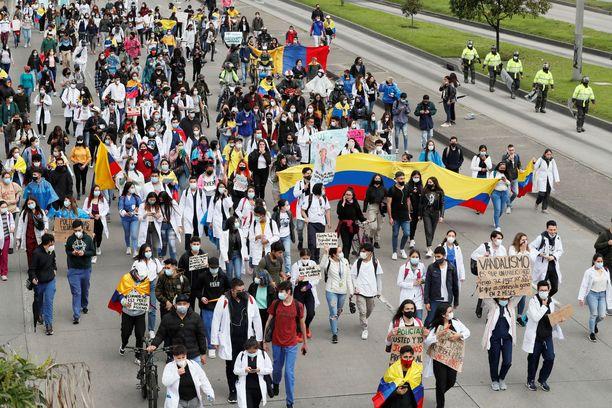 Mielenosoittajia Kolumbiassa Bogotan kaduilla 3. toukokuuta.