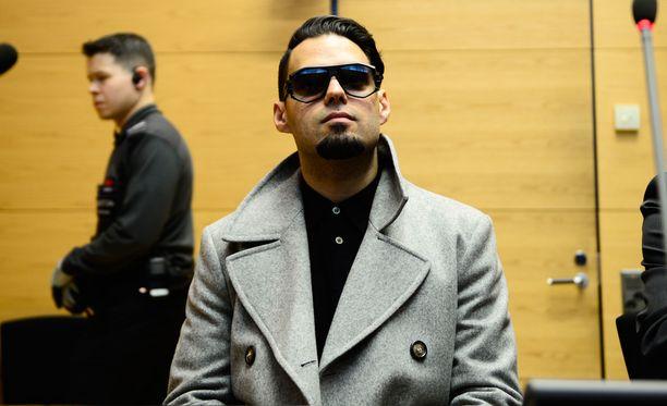 Axl Smith saapui keskiviikkona käräjäoikeuteen lasit päässään eikä kommentoinut salakuvauskohua medialle.