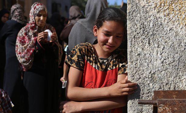 Omainen suree maanantaina surmansa saanutta sukulaistaan Gazan kaistaleella.