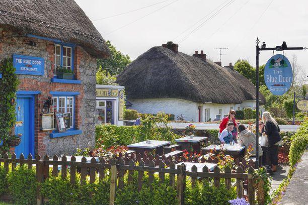 Viehättävä olkikattoinen Blue Door -pubi löytyy Irlannin Limerickistä.