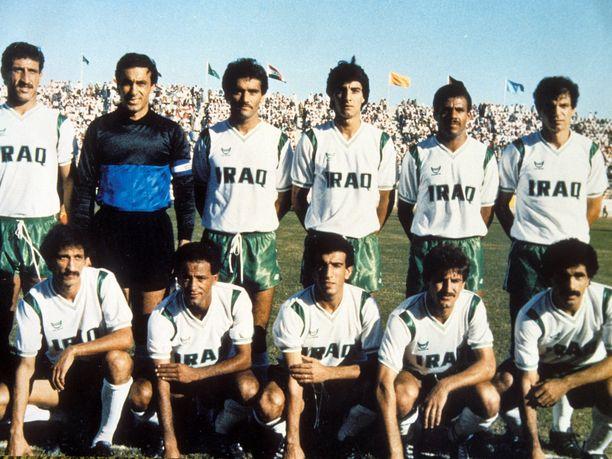 Irakin joukkue pelasi miehekkäästi jalkapallon MM-kisoissa vuonna 1986. Vaikka joukkue jäi turnauksen jumboksi, se taisteli sisukkaasti häviten kaikki kolme otteluaan vain yhden maalin erolla. Ahmed Radhi kuvassa ylärivissä kolmas oikealta.