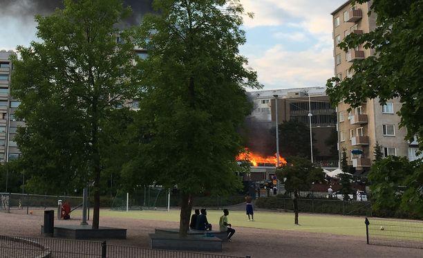 Tulipalo roihusi Toisella linjalla.