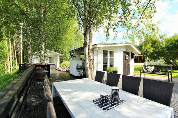 Rovaniemeleäinen omakotitalon pihalla rantasauna ja kesäkeittiö sijaitsevat vieri vieressä.